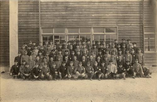 1945年(昭和20年)3月第1期生卒業生機械科・電気科各1クラス