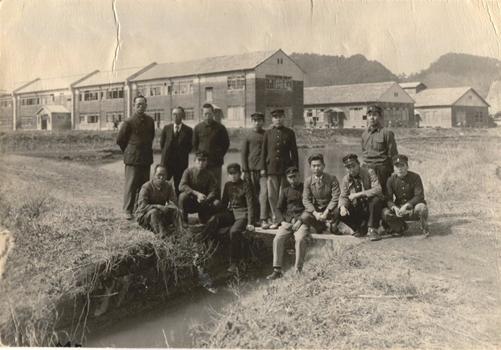 1947年(昭和22年3月)根岸の練兵場に集う第2期生
