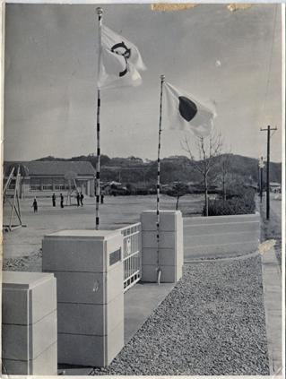 1955年(昭和30年)1月1日正門竣工(後地南側)